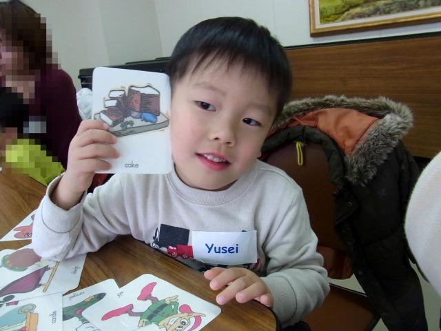 カードを見つけて嬉しそう