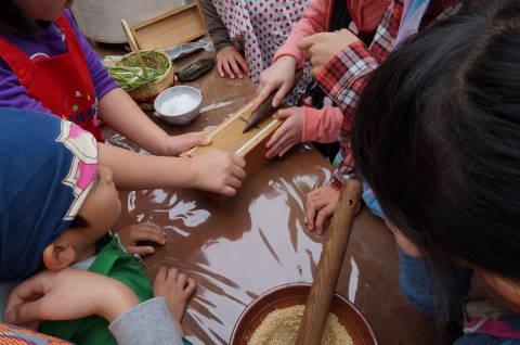 子どもたちが交代で、鰹節を削ってくれました