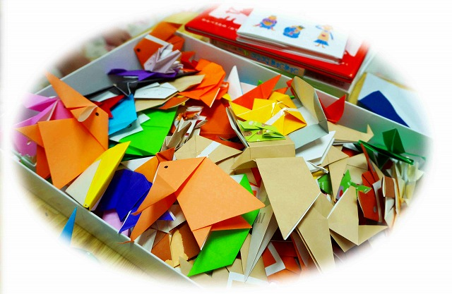 箱いっぱいに、いろんな形に折られた色紙が