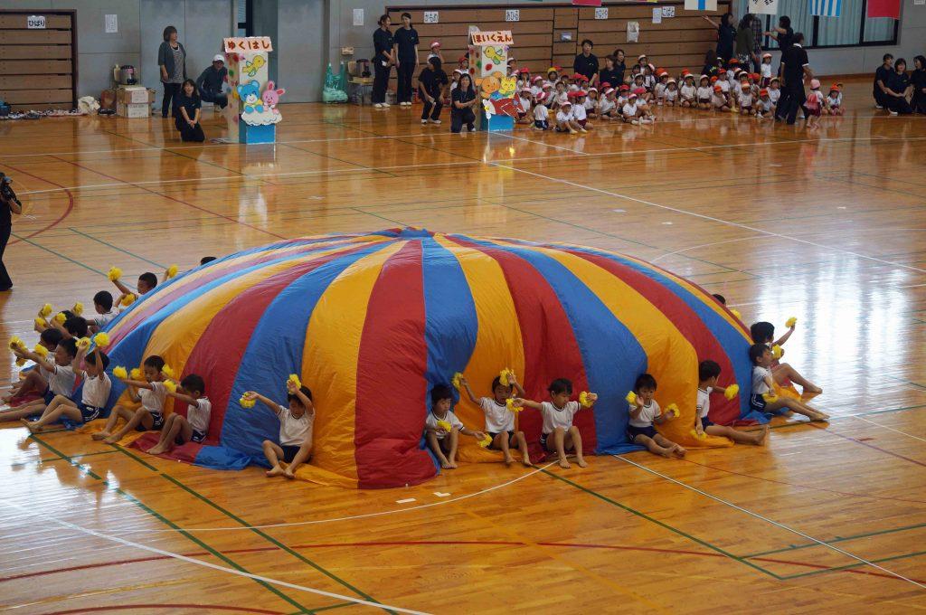 パラシュートに使うような布で演技。きれいでした。
