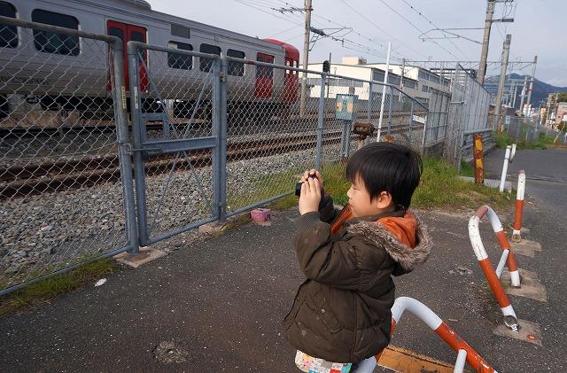 いつもの電車を見るスポットで熱心に動画撮影^^