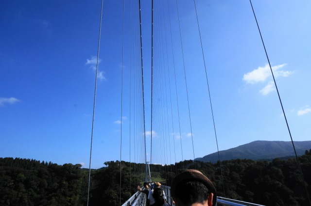 吊り橋の上青空